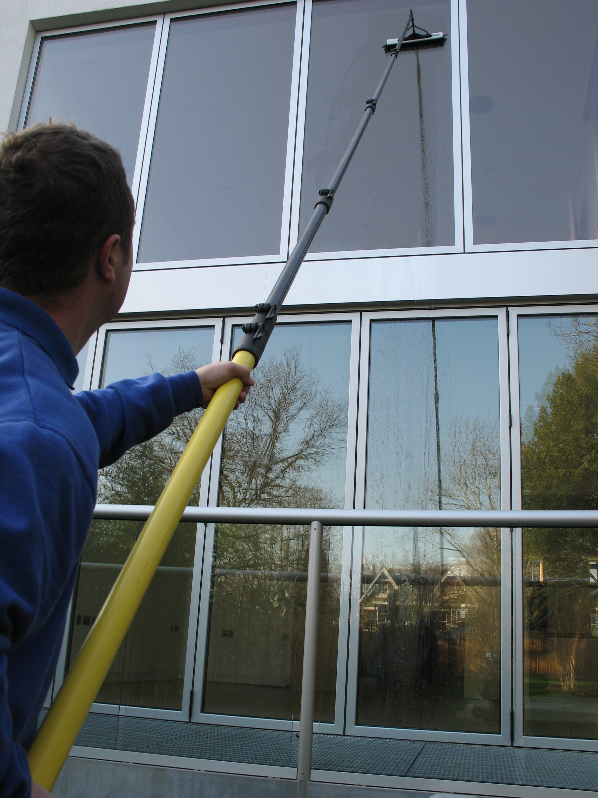 Window cleaning leeds thompson window cleaning wakefield for Window cleaner